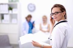 Jonge vrouw arts die zich bij het ziekenhuis met medische stethoscoop bevinden Royalty-vrije Stock Afbeelding