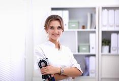 Jonge vrouw arts die zich bij het ziekenhuis met medische stethoscoop bevinden Stock Afbeelding