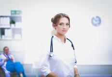 Jonge vrouw arts die zich bij het ziekenhuis met medische stethoscoop bevinden Royalty-vrije Stock Fotografie