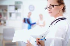 Jonge vrouw arts die zich bij het ziekenhuis met medische stethoscoop bevinden Royalty-vrije Stock Foto