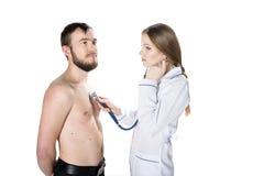 Jonge vrouw arts met een stethoscoop met patiënt Royalty-vrije Stock Foto