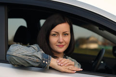 Jonge vrouw in auto Royalty-vrije Stock Afbeelding
