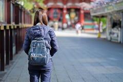 Jonge Vrouw backpacker, Aziatische reiziger reizen zich in Sensoji bevinden of de Tempel die van Asakusa Kannon oriëntatiepunt en stock afbeeldingen