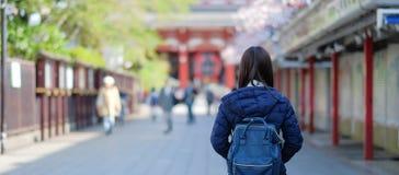 Jonge Vrouw backpacker, Aziatische reiziger reizen zich in Sensoji bevinden of de Tempel die van Asakusa Kannon oriëntatiepunt en stock afbeelding