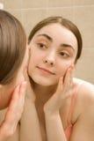 Jonge vrouw in badkamers Royalty-vrije Stock Afbeeldingen
