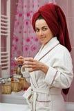 Jonge vrouw in badkamers Stock Afbeeldingen