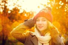 Jonge Vrouw in Beanie Hat op Autumn Background stock fotografie