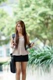 Jonge vrouw in bedrijfskledij, dragende aktentas en het houden van F stock foto's
