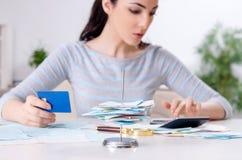 Jonge vrouw in begroting planningsconcept stock fotografie