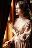 Jonge vrouw in beige uitstekende kleding van vroeg - Th-20 eeuwvervanger Royalty-vrije Stock Fotografie