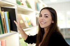 Jonge vrouw in bibliotheek Royalty-vrije Stock Foto