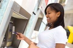 Jonge vrouw bij ATM royalty-vrije stock afbeelding