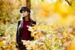 Jonge vrouw bij daling stock fotografie