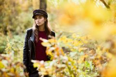 Jonge vrouw bij daling royalty-vrije stock foto's