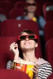 Jonge vrouw bij de 3D bioskoop Stock Fotografie