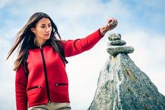 Jonge Vrouw bij de Bovenkant van de Berg Stock Afbeelding