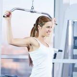 Jonge vrouw bij de gymnastiek Stock Afbeelding