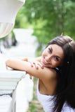 Jonge vrouw bij de lentepark royalty-vrije stock afbeelding