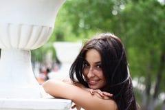 Jonge vrouw bij de lentepark stock afbeelding
