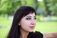Jonge vrouw bij de lentepark Stock Afbeeldingen