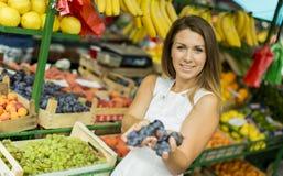 Jonge vrouw bij de markt Stock Fotografie