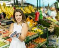 Jonge vrouw bij de markt Royalty-vrije Stock Afbeelding
