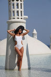 Jonge vrouw bij de pool Stock Fotografie
