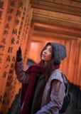 Jonge vrouw bij de tempel van fushimiinari Stock Foto's