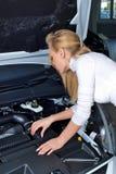 Jonge vrouw bij gebroken auto Stock Foto