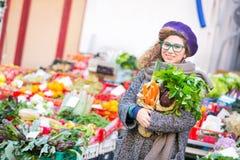 Jonge Vrouw bij Groentenmarkt stock afbeelding