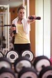 Jonge vrouw bij gymnastiek Stock Foto's