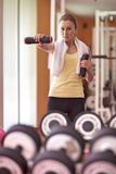 Jonge vrouw bij gymnastiek Stock Foto