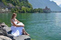 Jonge vrouw bij het meer van Genève Stock Afbeeldingen