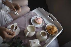 Jonge vrouw bij het ochtendontbijt stock foto
