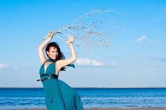 Jonge vrouw bij het strand Royalty-vrije Stock Fotografie