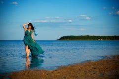 Jonge vrouw bij het strand Stock Afbeeldingen