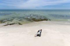 Jonge vrouw bij het strand stock fotografie