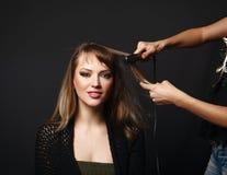 Jonge vrouw bij kapper Stock Afbeelding