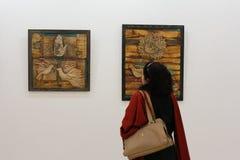 Jonge vrouw bij kunsttentoonstelling Royalty-vrije Stock Foto's