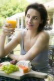 Jonge vrouw bij lunch Royalty-vrije Stock Afbeeldingen