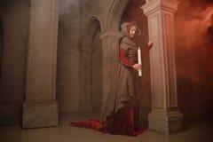 Jonge vrouw bij middeleeuwse caslte Stock Afbeeldingen