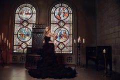 Jonge vrouw bij middeleeuwse caslte Royalty-vrije Stock Foto