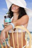 Jonge vrouw bij openluchtrestaurant op de Stille Oceaan Royalty-vrije Stock Foto's