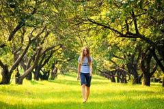Jonge vrouw bij park Stock Afbeeldingen