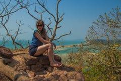 Jonge vrouw bij Redi-fort Mening over Shiroda-strand in de staat van royalty-vrije stock afbeelding
