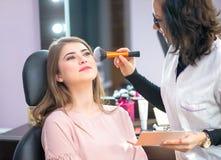 Jonge vrouw bij salon voor een merk omhoog royalty-vrije stock foto