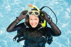 Jonge vrouw bij scuba-uitrusting de opleiding royalty-vrije stock fotografie