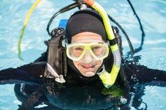 Jonge vrouw bij scuba-uitrusting de opleiding royalty-vrije stock foto's