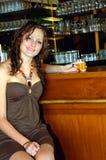 Jonge vrouw bij staaf stock foto