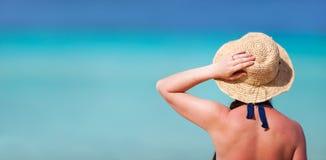 Jonge vrouw bij strand royalty-vrije stock fotografie